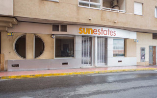 Locales comerciales de 3 habitaciones en Torrevieja  - MS4456